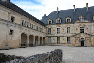 château de bussy Rabutin et sa cour d'honneur coté sud