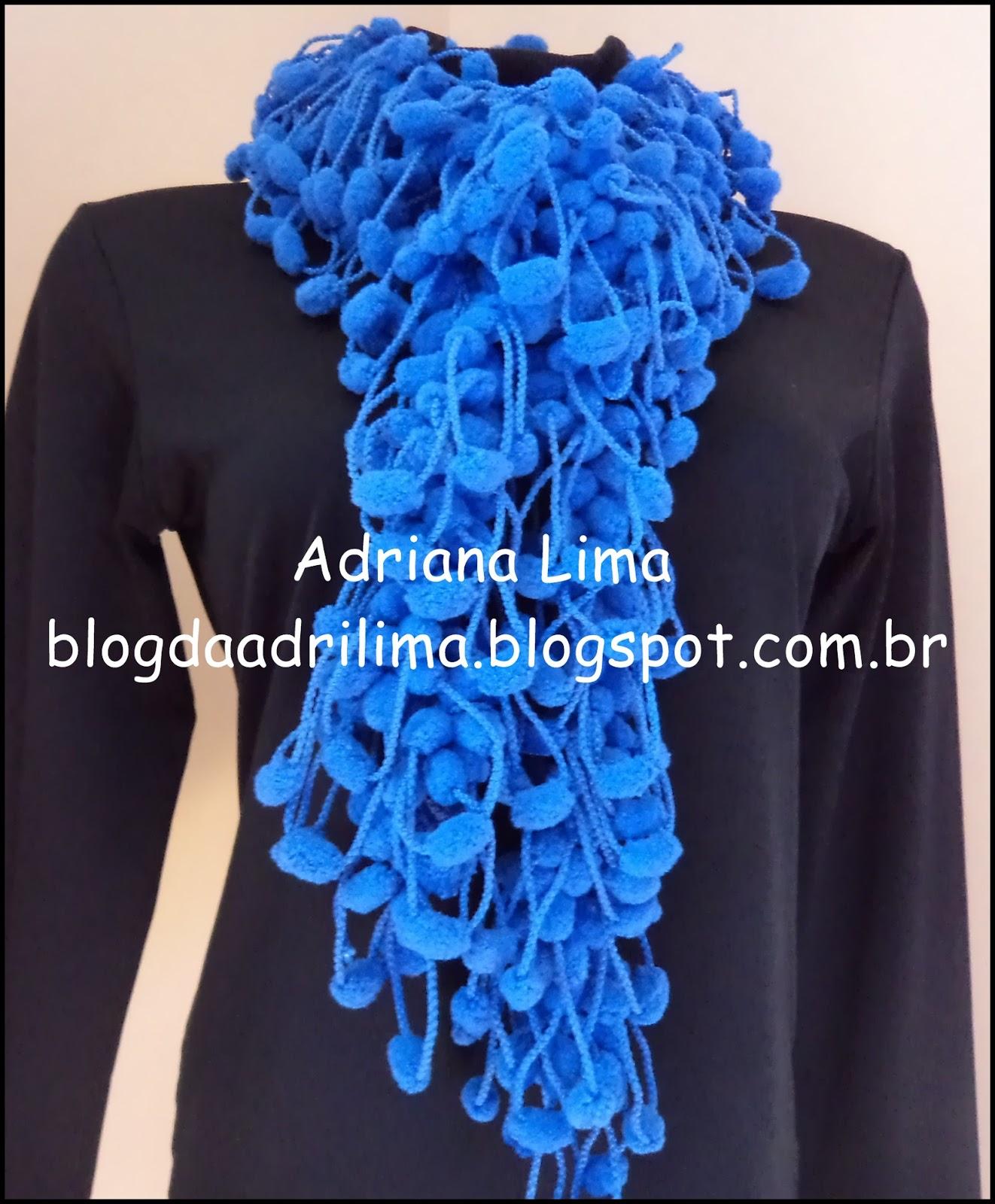 Adriana Lima  Cachecol de lã Pom Pom em crochê ef2be5e587b