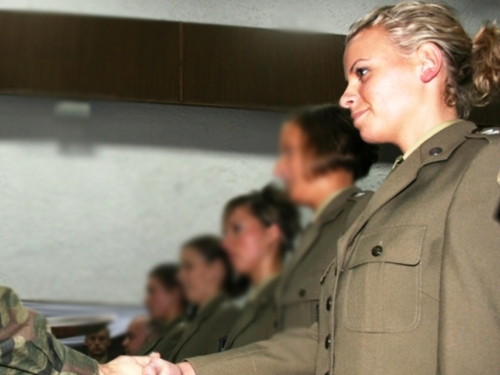girl edit 0 10 Women in uniform vs. 10 that do not wear a uniform (21 Photos)