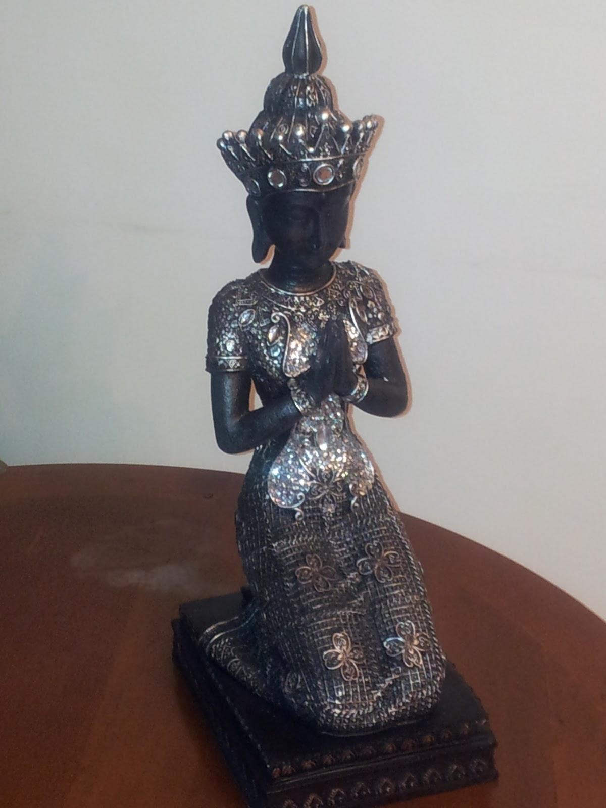 Uni n fabricantes de tresillos figura tailandesa de for Tresillos de piel