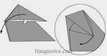 Bước 5: Từ vị trí mũi tên, mở lớp giấy trên cùng lên, kéo và gấp tờ giấy về phía bên phải.
