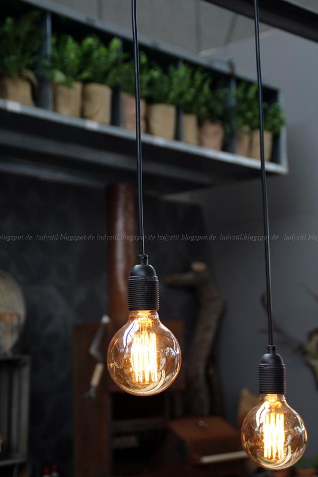 Blick auf die Küchenlampen, die nur aus Glühbirnen bestehen auf der vt wonen en design beurs in Amsterdam 2015