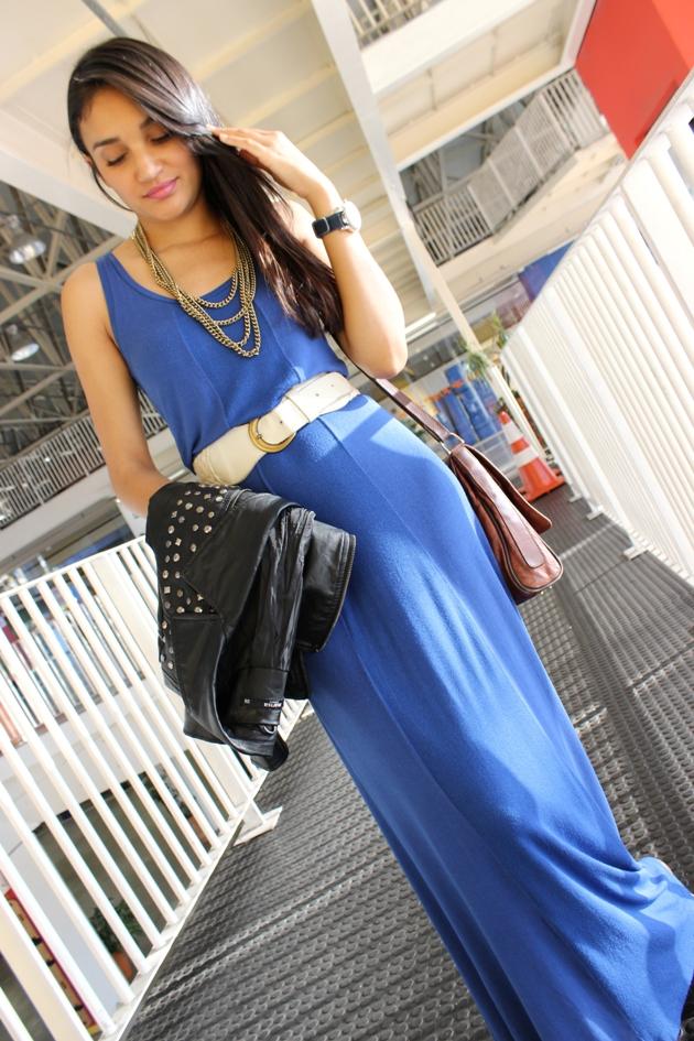 vestido azul, vestido longo, vestido com jaqueta de couro, jaqueta de couro, vestido longo com sapatilha, sapatilha khelf, vestido marisa, jaqueta de couro marisa