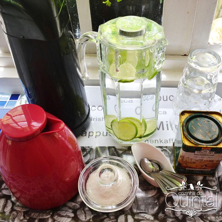 Água com rodelas de limão do meu limoeiro, com folhinhas de hortelã da horta =)