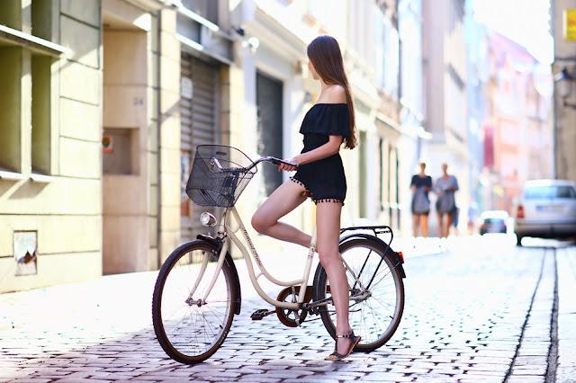 dziewczyna siedząca na rowerze stylizacja