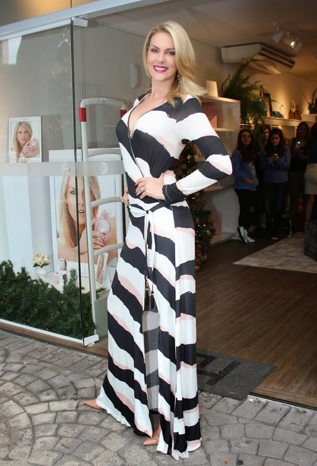 A apresentadora Ana Hickmann aposta em vestido decotado ao lançar perfume