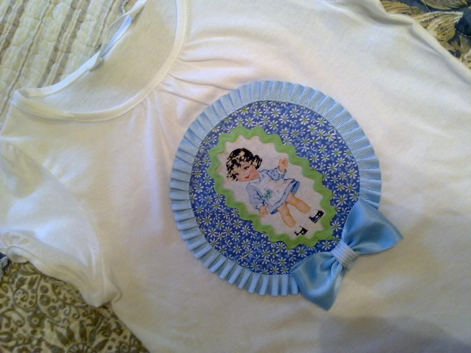 camiseta de niña con detalle de muñeca en azul y verde