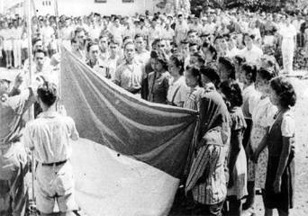 Pengibaran bendera pusaka merah putih saat proklamasi