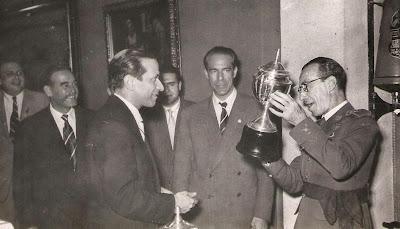 Entrega de trofeo a Carlos Pires  en 1951