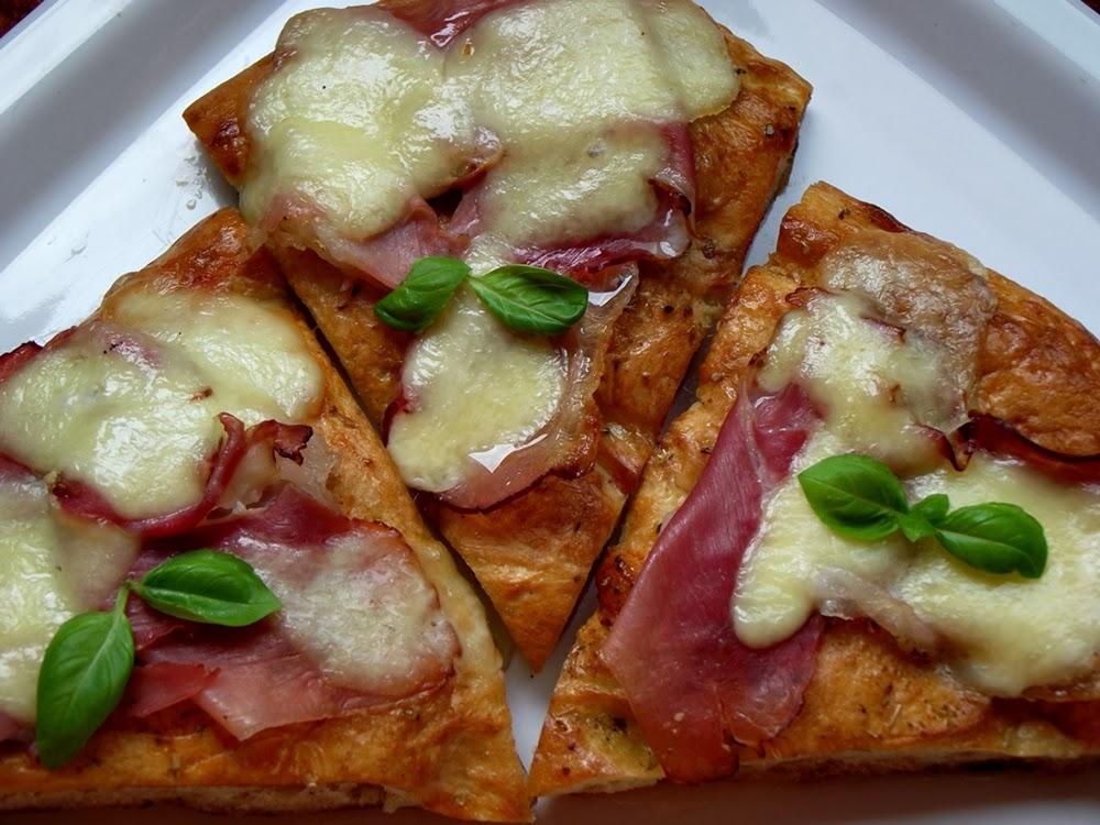 http://www.caietulcuretete.com/2013/11/pizza-ultra-rapida-cu-prosciutto-si.html