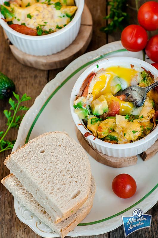 Jajka zapiekane z szynką i awokado