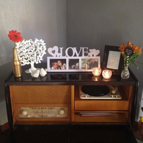 decoração, noivado, real, preto e branco, dourado, mesa do bolo, garrafinha, mural de fotos, moldura