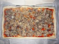 Пицца домашняя:  Фарш для пиццы выложить на кетчуп