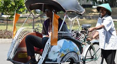 Sudarmono yang diantar sang ayah, Wagiman menuju kampus UGM.