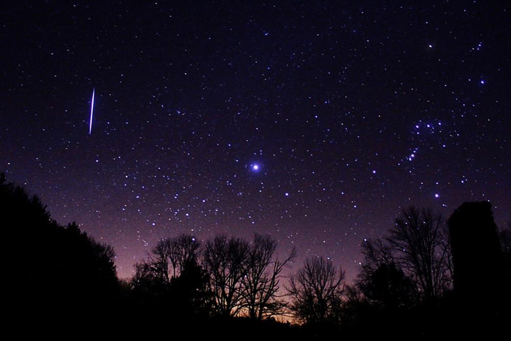 Một sao băng Leonid xẹt qua bầu trời ở gần chòm sao Orion và sao Sirius vào tháng 11 năm 2012. Tác giả : Scott Tully.