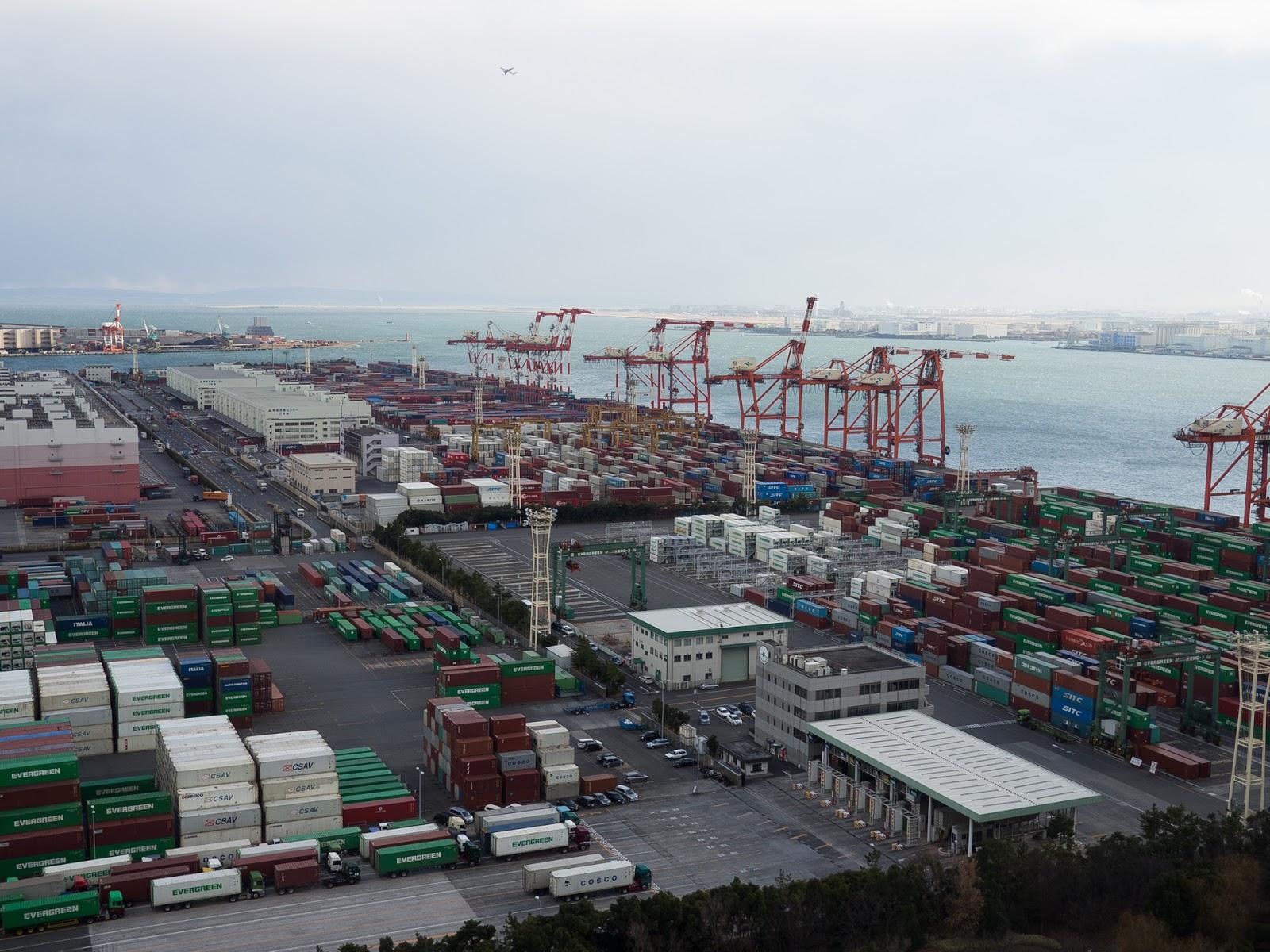 テレコムセンター展望台から青海ふ頭コンテナターミナル