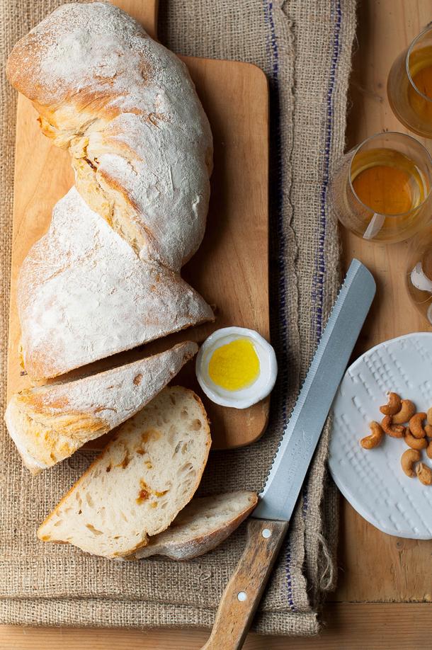 Fehér spárga besamelmártással, sós kesudióval és sült hagymás kenyérrel