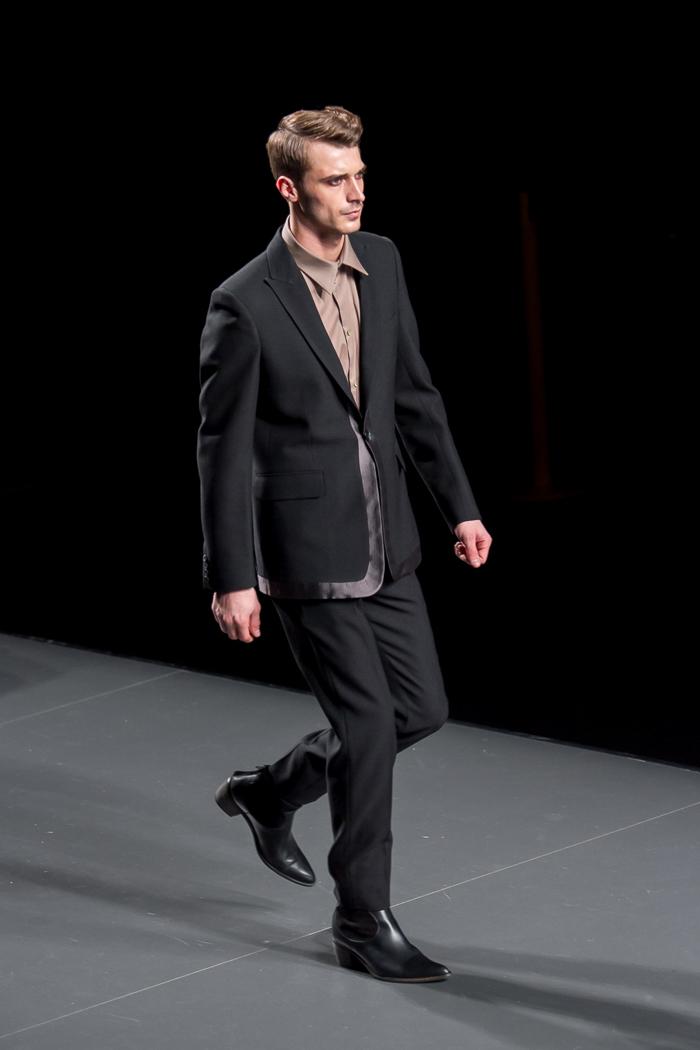 Modelo masculino traje negro colección American Landscape desfile de ANA LOCKING MBFWM