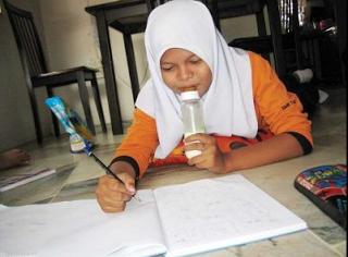 Gadis 14 Tahun Ketagih Hisap Susu Botol | Seorang gadis berusia 14 tahun di Seremban tak mampu meninggalkan tabiat menghisap susu botol kerana menganggapnya susu botol itu terlalu sedap untuk ditinggalkan.-ketagih!