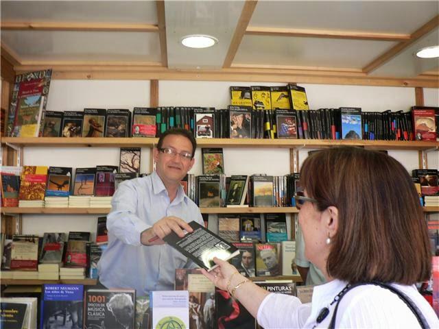 Firmando en Feria libro Valencia