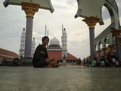 Duduk dipelataran masjid