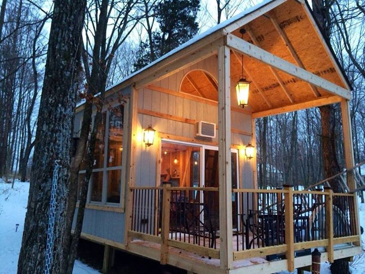 02-Kelley-Lewis-Cabin-Chick-Architecture-in-Tiny-Home-with-a-Lakeside-View-www-designstack-co