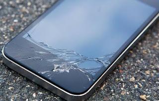 smartphone com a tela quebrada