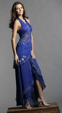 Mujer bella con hermoso vestido azul