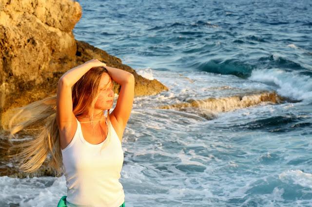 Блондинка на море