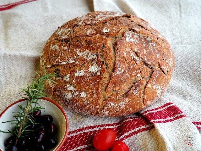 Pan de payés con tomates secos, olivas negras, romero y tomillo