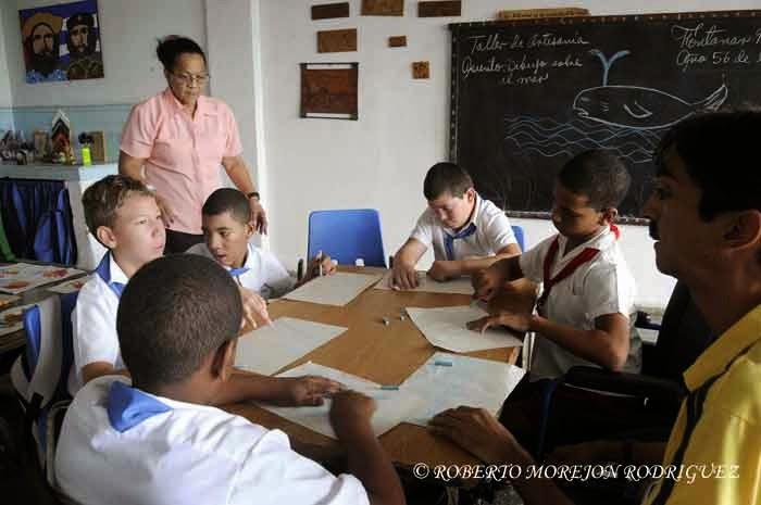 Alumnos en el taller de artesanía de la escuela especial Solidaridad con Panamá, en La Habana, el 9 de septiembre de 2014.