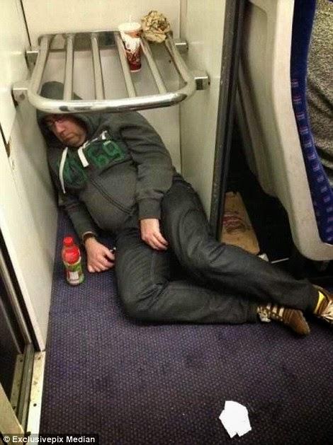 ينام تحت رف الأمتعة في أحد القطارات