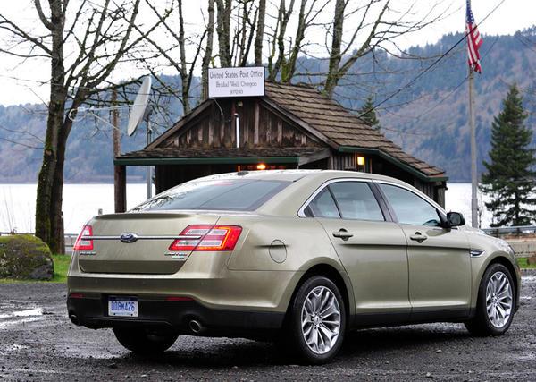 2013-Ford-Taurus-back