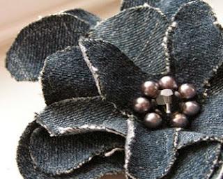 http://trapillo.com/blog/como-hacer-una-flor-con-jeans/
