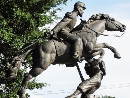 Monumento de Gregorio Méndez Magaña con su caballo