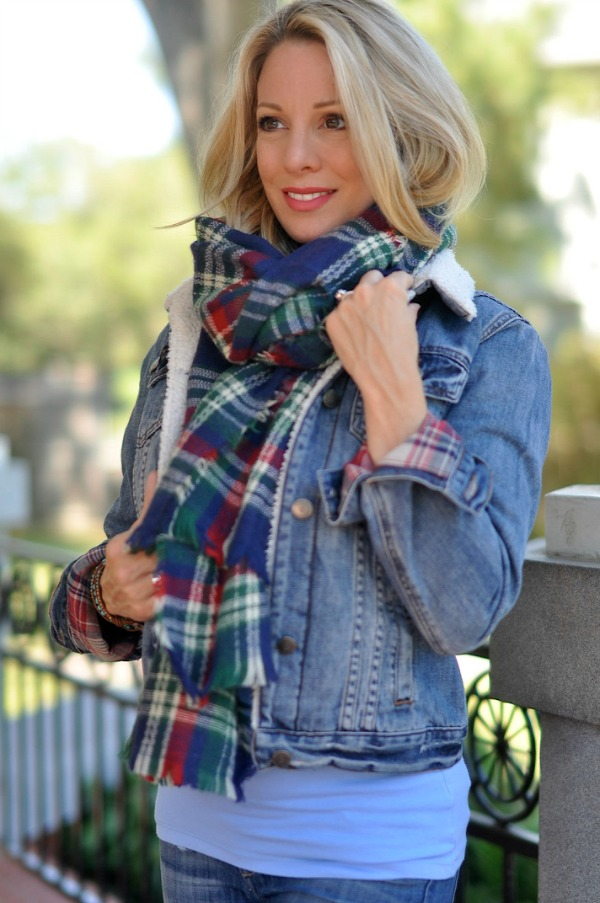 Plaid reversible scarf.