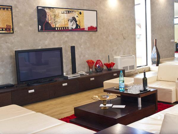 dee r istrutturazione interno soggiorno arredato in stile moderno .