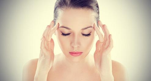 اشياء تؤثر على حياة المرأة الجنسية - الصداع النصفى - امرأة تتألم - woman hurt pain - headache