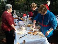 Preparant el pa amb tomàquet