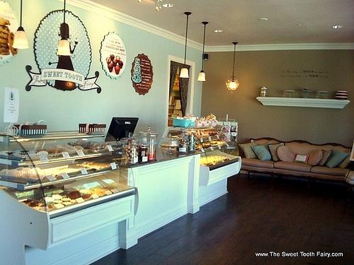 Bizzy oven mitt bakery bakery interiors for Bakery shop decoration ideas