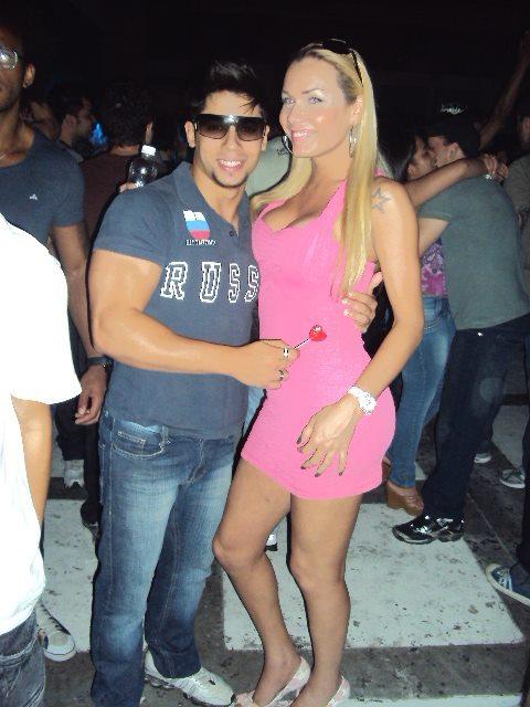 Travesti Kalena Rios dançando na balada