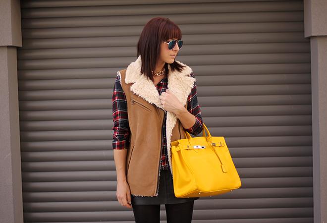 outfit-trend-fashionblogger-herbstoutfit-winteroutfit-kariert-tartan-fakefur-fauxfur-weste-zara-birkin-bag-hermes-gelb-lederrock-tamaris-boots-gold-sarenza