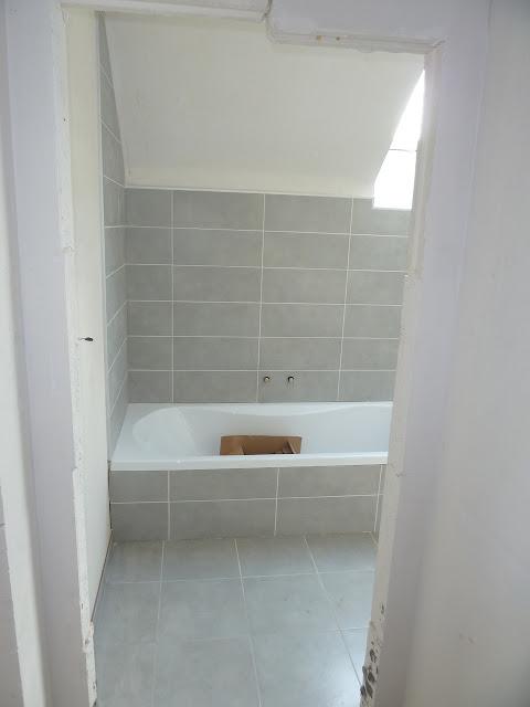 La construction de notre maison carrelage plaintes et sanitaire suite for Construction salle de bain italienne