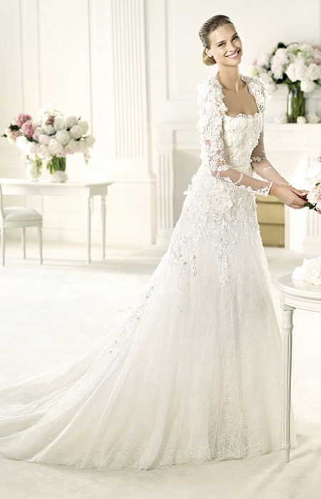 Сватбена рокля с дълъг ръкав и право деколте на Ели Сааб 2013