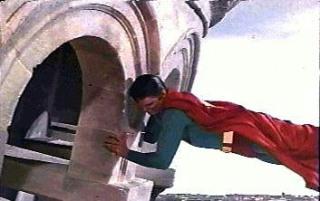 Superman poniendo recta la Torre de Pisa