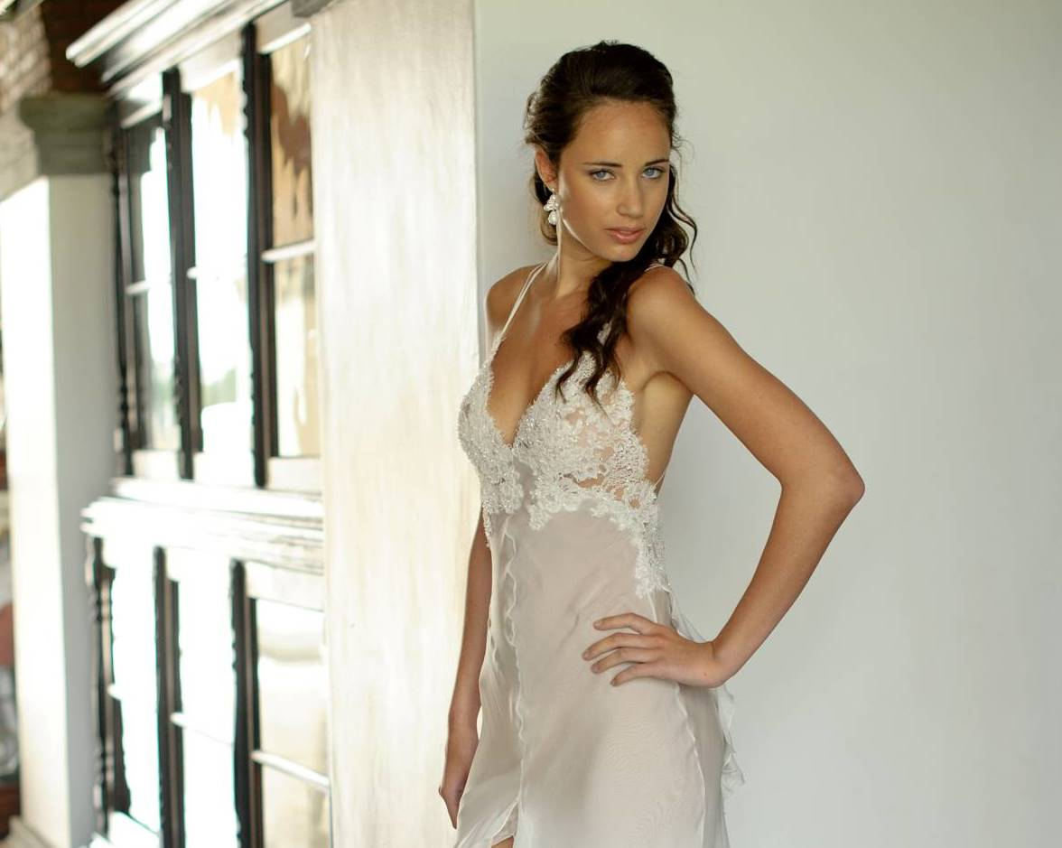 http://2.bp.blogspot.com/-zYHYK-2bTUk/TsjtvJd_jKI/AAAAAAAACBA/gHJQ4Bd79Z4/s1600/detail+of+sultry+hendrik+vermeulen+wedding+dress.jpg