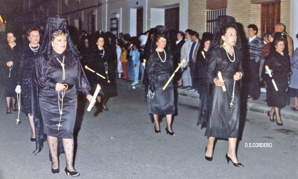 Mujeres vestidas de mantilla en semana santa