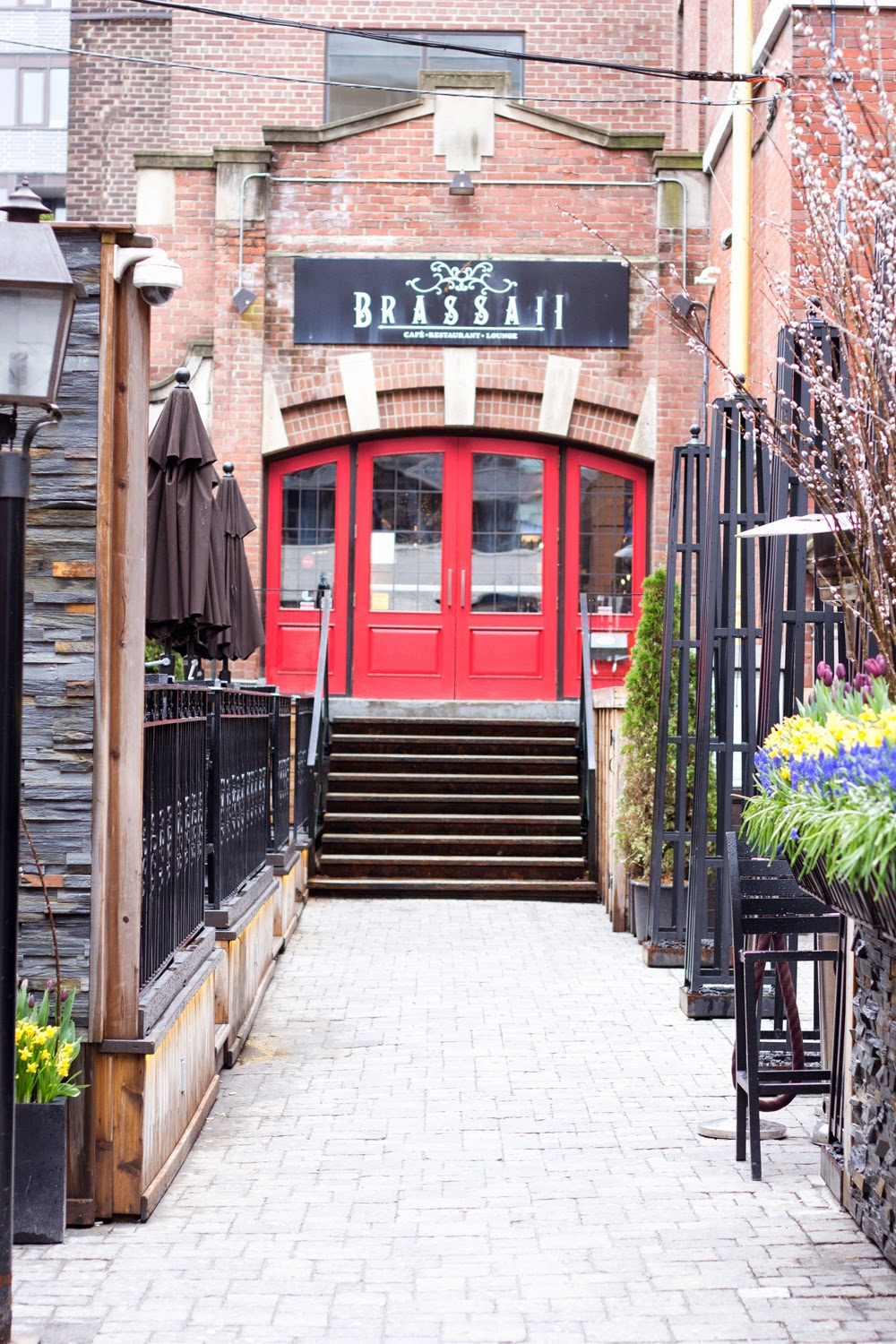 Brassaii-restaurant-and lounge, king-street, patio, red-door