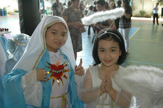 Kids in costume of Mama Mary and an angel.