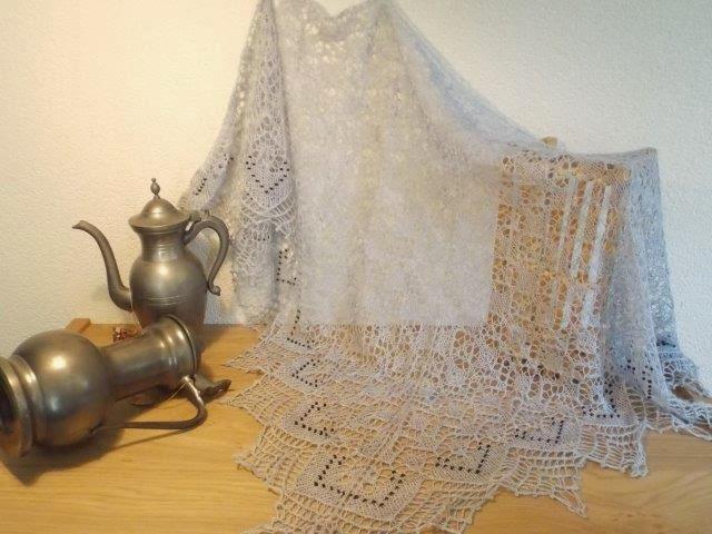 TE KOOP: grijze sjaal met zwarte ingebreide kraaltjes.